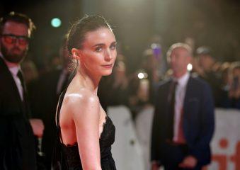 """Руни Мара в платье-корсете от Hiraeth посетила премьеру фильма """"Джокер"""""""
