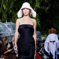 Белла Хадид позировала в прозрачном платье Burberry