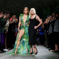 Дженнифер Лопес закрыла шоу Versace в легендарном образе