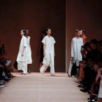 Пальто с накладными карманами и брюки с завышенной талией: Hermes показали коллекцию на весну-лето 2020