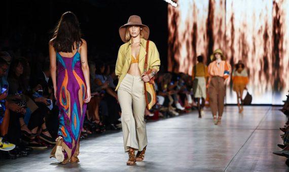 Вышивка, широкополые шляпы, льняные сарафаны: какие тенденции на весну-лето 2020 диктует Милан
