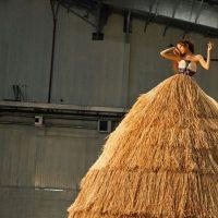 Зендая снялась в стоге сена для обложки Garage