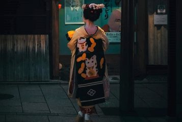 В японском Киото туристам запретили досаждать гейшам