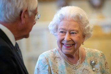 Королева Елизавета II устроит в своей резиденции автокинотеатр