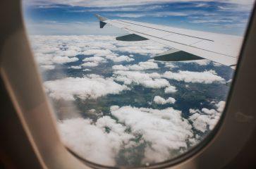 Плейлист для путешествия: что слушать в самолете