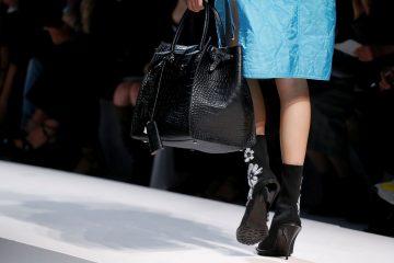 Крошечные и строгие: самые модные сумки из коллекций сезона весна-лето 2020