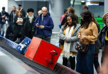 """Неординарный чемодан: Сеть покорило видео необычного багажа в """"Борисполе"""""""