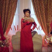 Джоан Коллинз с подарками зажигает в праздничной кампании Valentino