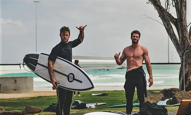 Братья Хемсворт вместе провели время в серф-парке