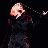 Не смогла сдержать слез: Мадонна упала со стула во время выступления