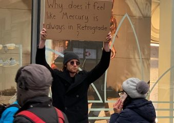 Чуваки с табличками: Сет и Бэт в Нью-Йорке протестуют против всего на свете