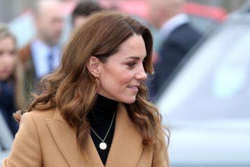 Кейт Миддлтон в твидовом костюме отправилась в госпиталь Evelina London