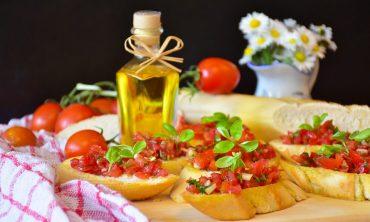 Для легкого перекуса: брускетта с томатами и авокадо