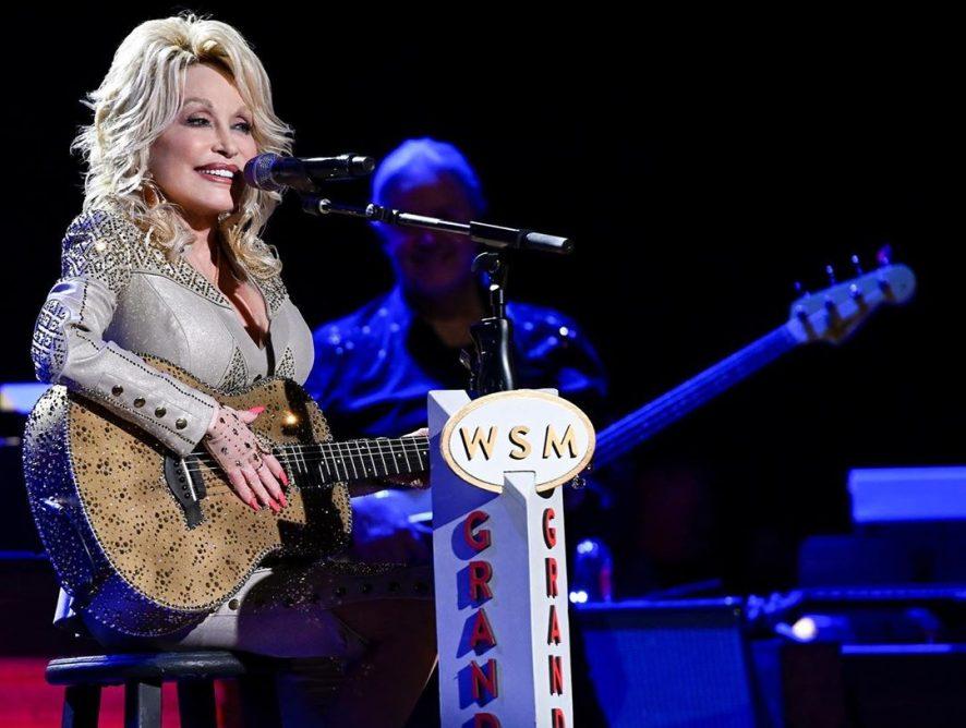 Dolly Parton challenge: мировые звезды приняли участие в новом флешмобе