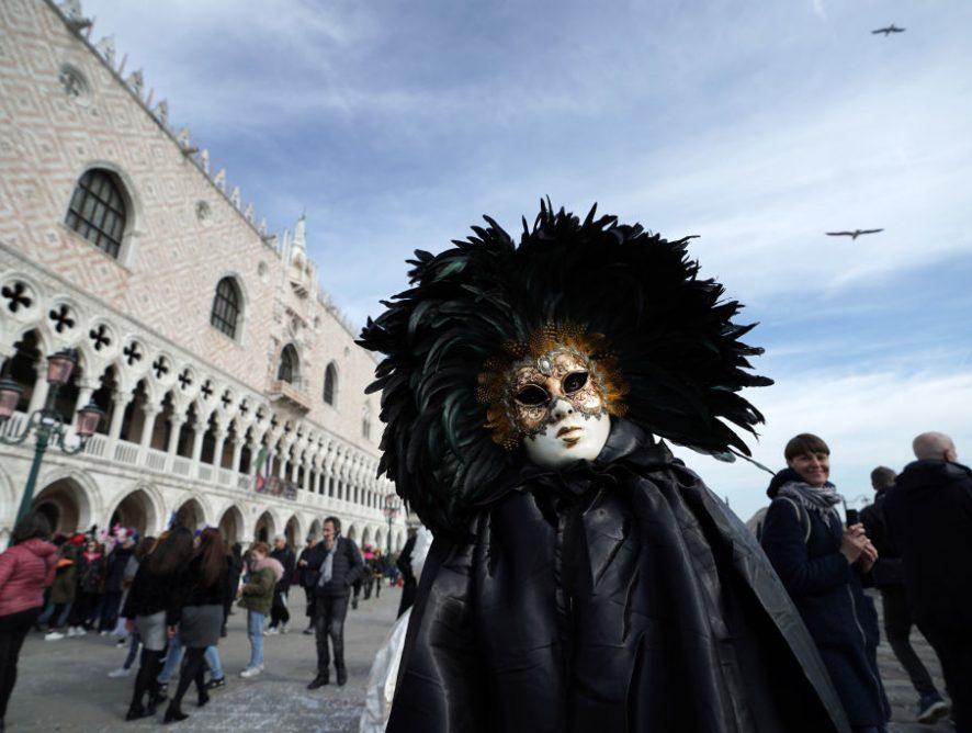 Коронавирус в Италии: карнавал закрыли раньше времени, а Armani провел показ без зрителей