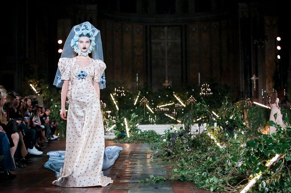Женственные платья, флористические принты и мода 50-х: Rodarte провели показ в церкви