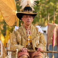 Король Таиланда самоизолировался с 20 наложницами в отеле