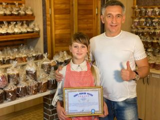 Юная киевлянка испекла тысячу куличей и установила рекорд Украины