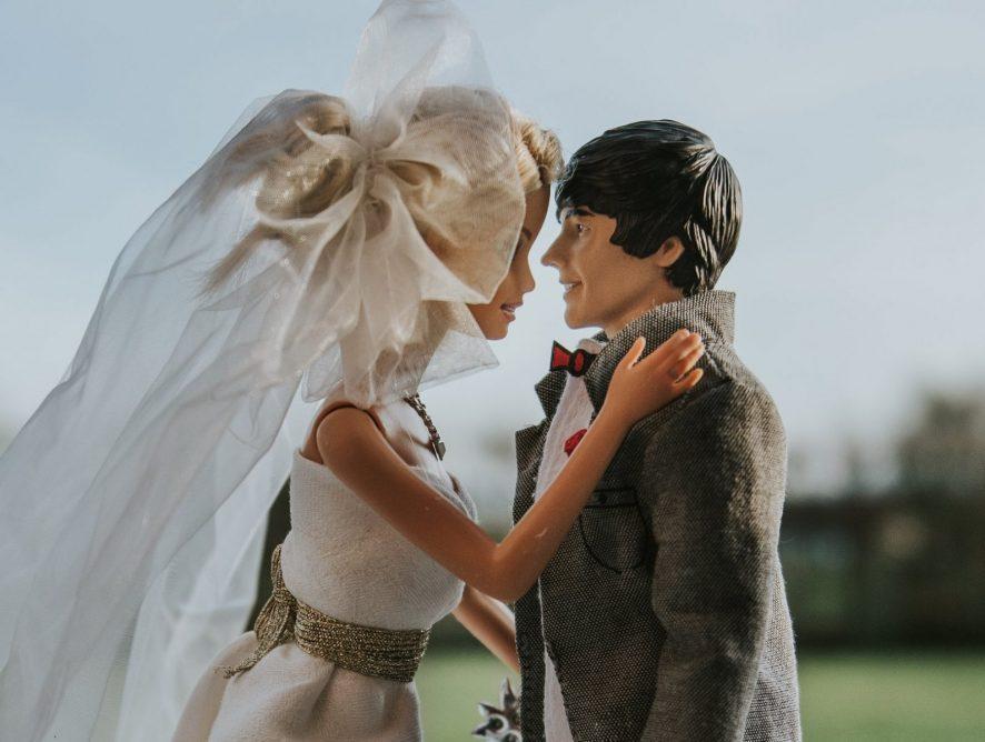Фотограф создала впечатляющую свадебную историю с куклами Барби