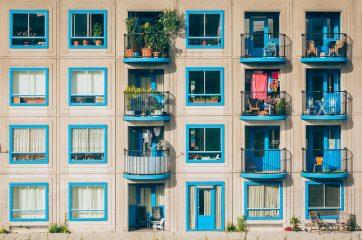 Взяли пример с итальянцев: в Киеве жители двора хором спели песню на балконе