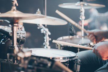 Британский телеведущий закончил прогноз погоды игрой на барабанах