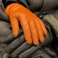 Защита от коронавируса: фотограф из Нью-Йорка незаметно снимает руки пассажиров в метро