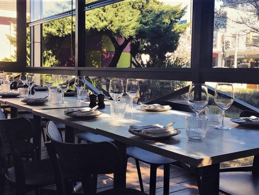 Картонные фигуры и шум: ресторан в Австралии создает гостям привычную атмосферу