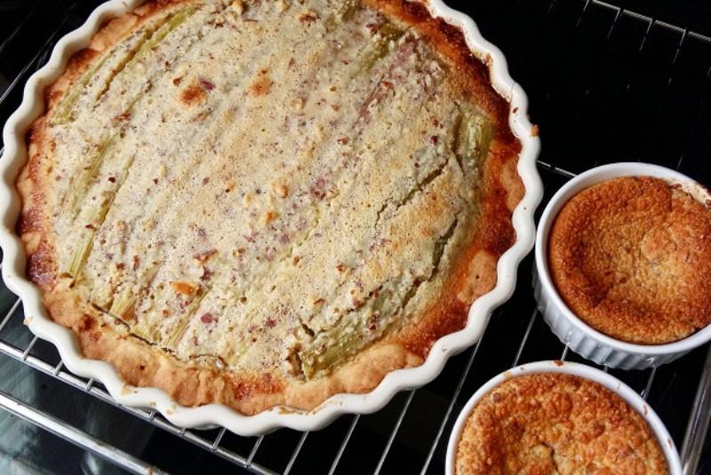 На замену десертов с клубникой: простой рецепт пирога с ревенем от Юлии Панковой