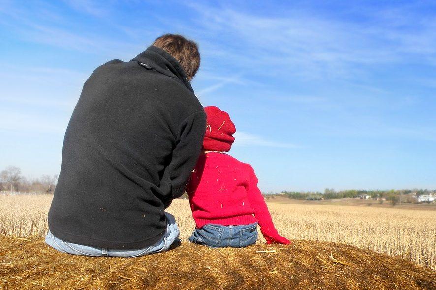 Учит бриться и менять шины: американец запустил канал для мальчиков, которые растут без отца