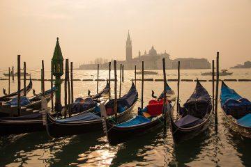 Послабления карантина: в каналы Венеции вернулись гондолы