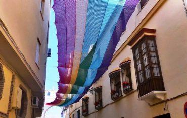 Пенсионерки на карантине связали 50-метровый флаг ЛГБТ-движения