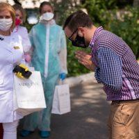 Украинский дизайнер Андре Тан поблагодарил врачей и подарил им платья