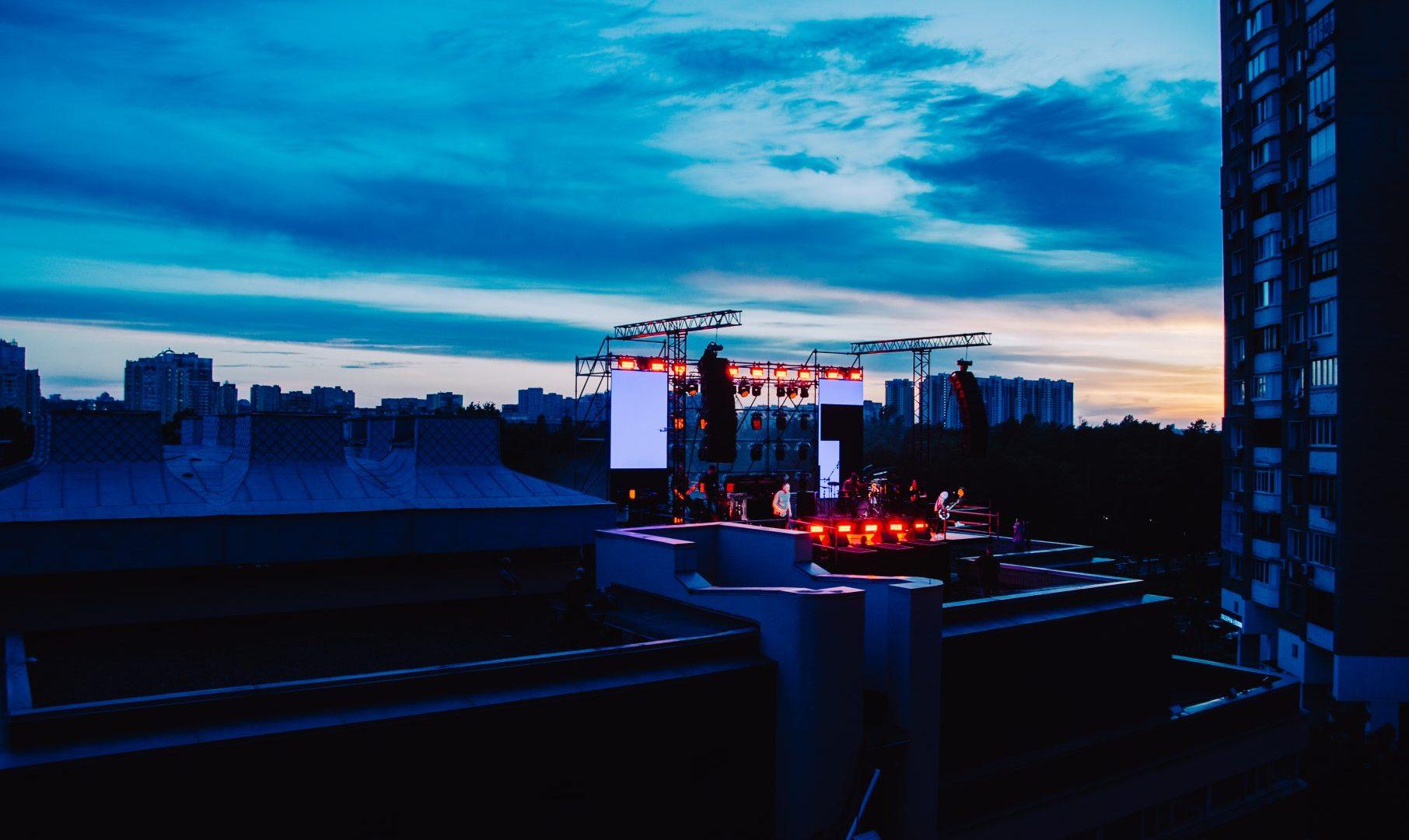 Зрители на балконах,сцена на крыше: Green Grey дали первый в мире вертикальный концерт