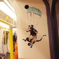 Крысы Бэнкси в вагоне метро: неуловимый уличный художник создал новые работы