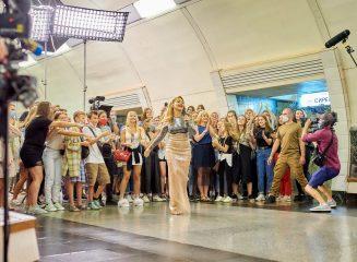 Тина Кароль в изысканном платье спустилась в киевское метро