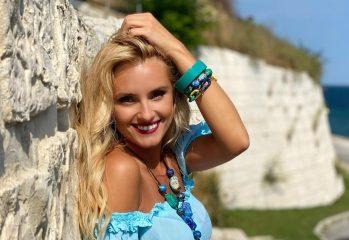 Документы супруга и любимые духи: певица Ирина Федишин показала, что у нее в сумочке