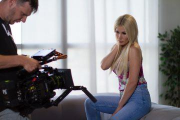 """Дерзкая и беспощадная: Alena Omargalieva представила сольный клип """"Малиновое вино"""""""
