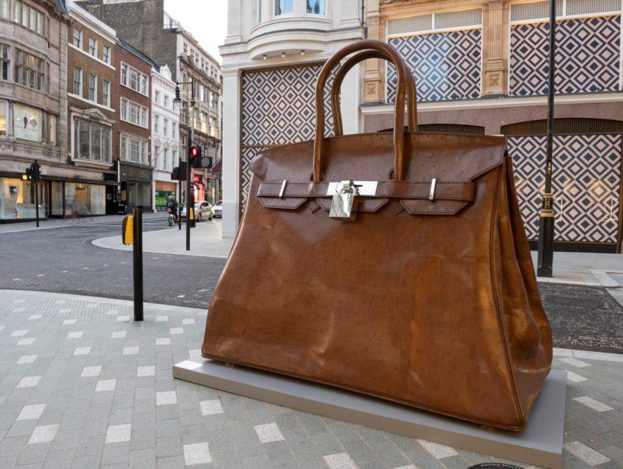 Гигантскую скульптуру сумки Hermès Birkin возвели в Лондоне