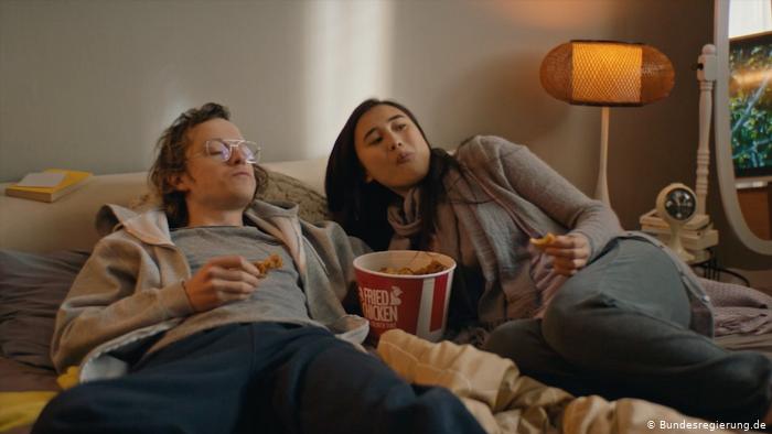 Правительство Германии раскритиковали за социальную рекламу, которая призывает оставаться дома
