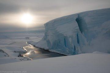 """Вблизи станции """"Академик Вернадский"""" откололся огромный край ледника"""