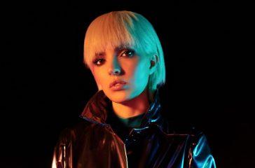 Кіберпанк, латекс і неонові сни: Оля Діброва представила дебютне відео електронного проекту Ready in LED