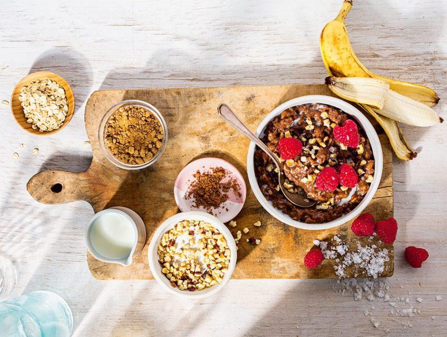Рецепт веганської шоколадно-бананової вівсянки з лісовими горіхами