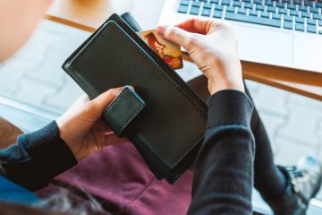 Психолог пояснила, як правильно видавати кишенькові гроші своїй дитині