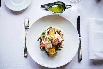 З маслинами і цибулею: як приготувати смачний салат з тунцем