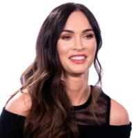 На шоу від Revolve: Меган Фокс в кроптопі та кремовій сорочці зачарувала фігурою