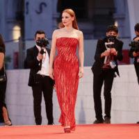 """У червоній сукні: Джессіка Честейн позувала на презентації фільму """"Офіційний конкурс"""""""