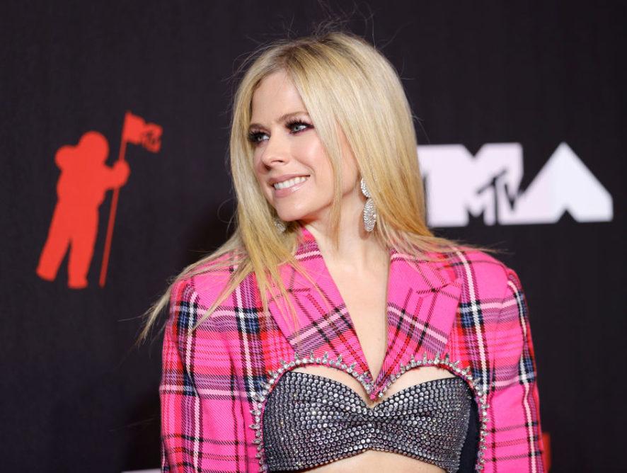 У рожевому картатому костюмі: Авріл Лавінь з бойфрендом позувала на червоній доріжці MTV
