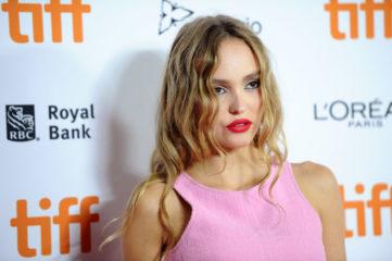 Лілі-Роуз Депп в топі та короткій спідниці сходила на кінофестиваль в Торонто