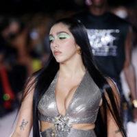Яскраві акценти та топи-хустки: в Мілані відбувся шоу-показ від Versace