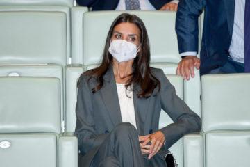 Важливі найменші нюанси: королева Іспанії у строгому костюмі з'явилася на конференції